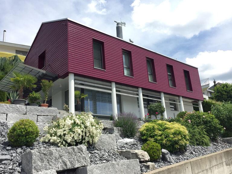 Holzfassade-in-Weinrot-behandelt-und-gesamdtes-Mauerwerk-und-Betonsäulen-gestrichen,-Maler-Laurianti-in-Oberentfelden